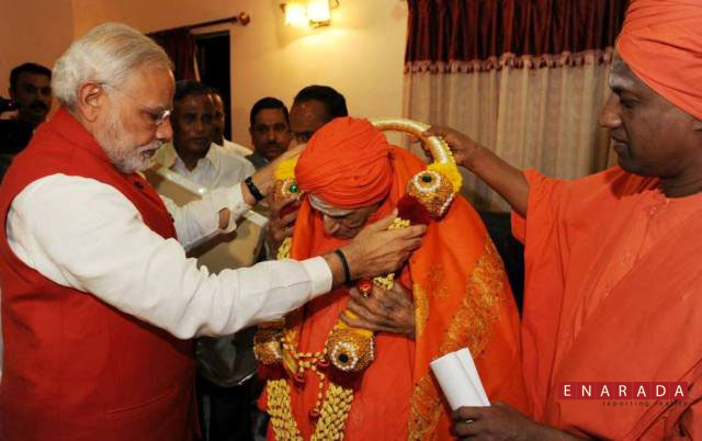 Modi taking blessings from Swamiji in tumkur-Enarada.com
