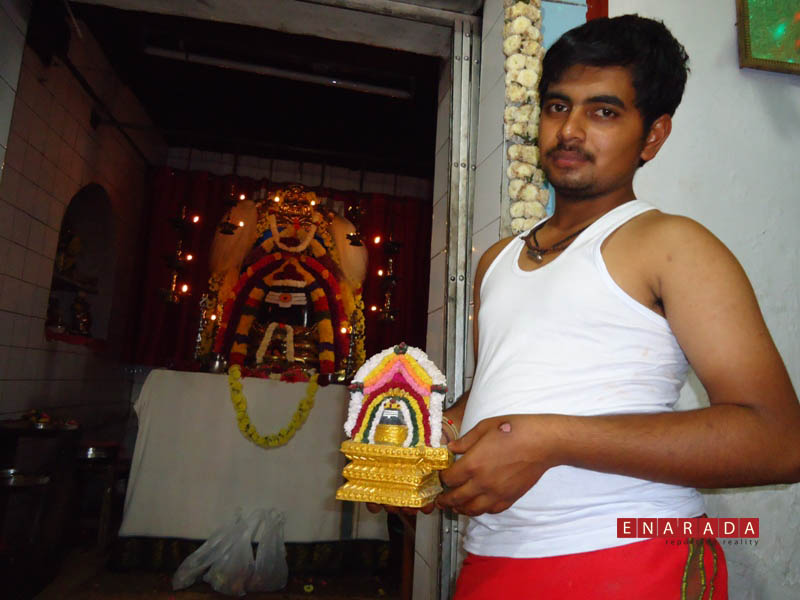 Bharath displaying a prototype, enarada.com