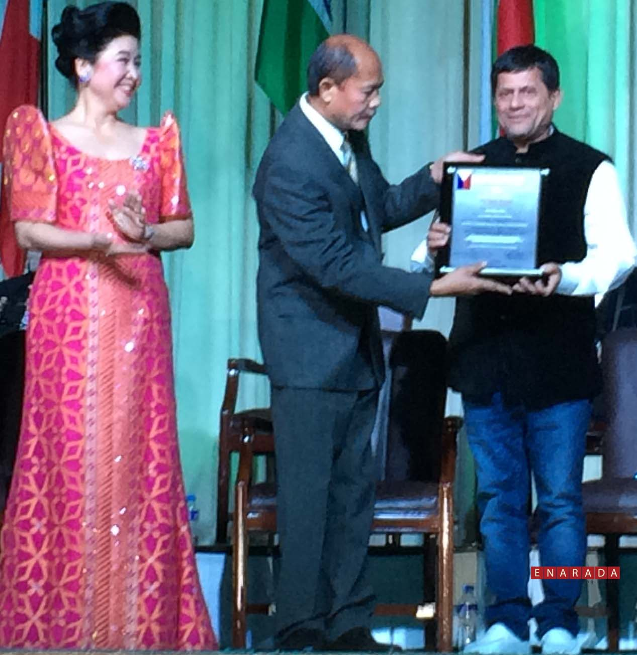 samanta receives 2014 gusi peace prize enarada com achyuta samanta receiving gusi peace prize from bary gusi chairman gusi peace prize international