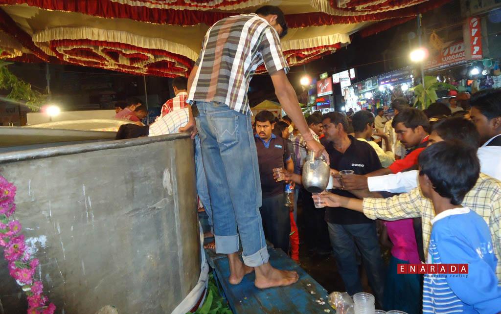 Bengaluru Karaga, Free distribution, 3-4-2015. Ph: Enarada.com