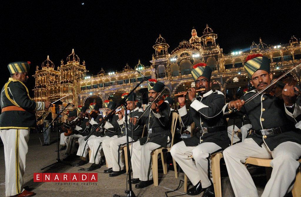 2-hour police band enthrals Dasara crowd. Photo by WWW.ENARADA.C