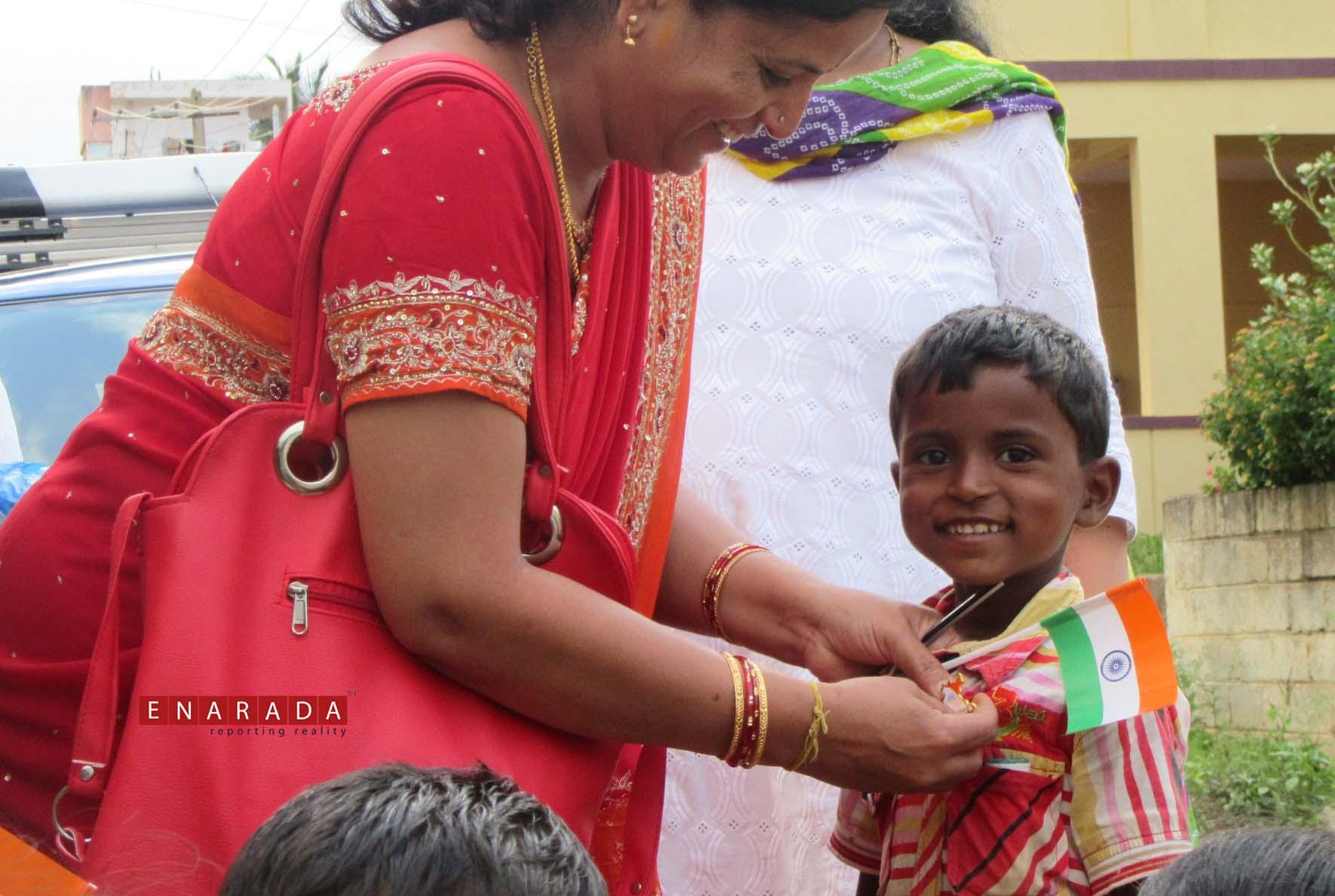 Art of Giving volunteers celebrating I-day with street kids. eNarada Photos.