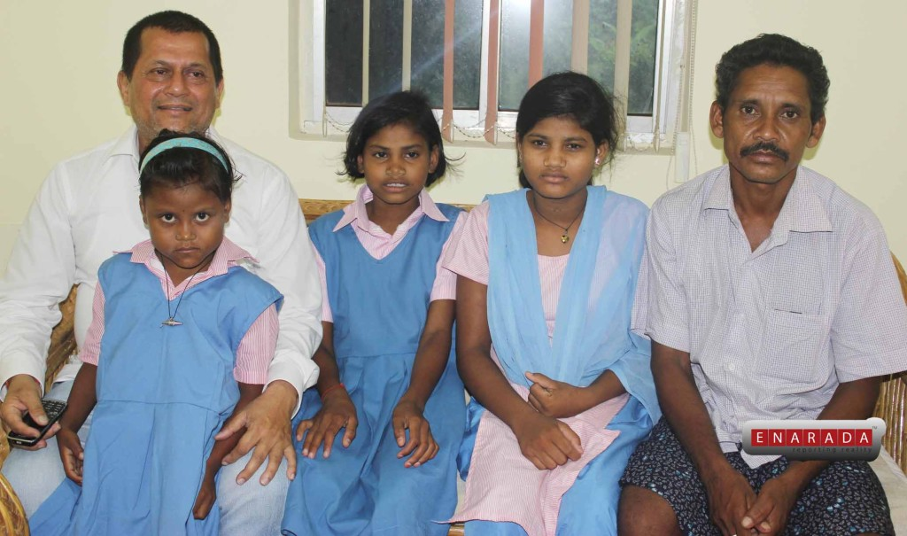 Achyuta Samanta with Dana Majhi and his daughters.